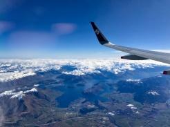 Flieger-ueber-den-Bergen