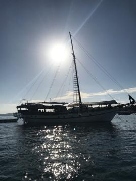 Segelboot-vor-Giliair